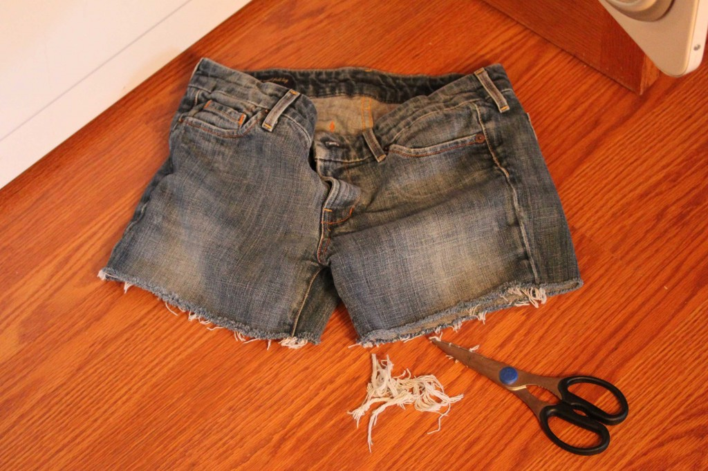 DIY Cutoff Shorts | Mommysavers.com #DIY